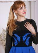 Лямки корсета обшиты бархатной тесьмой, что отлично сочетается с бархатным ярко-синим рисунком перьев павлина.